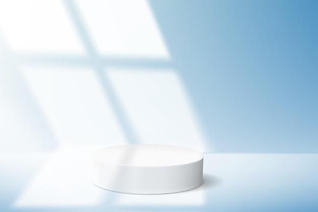 Fond bleu minimaliste avec podium vide pour la démonstration du produit et lumière de la fenêtre.