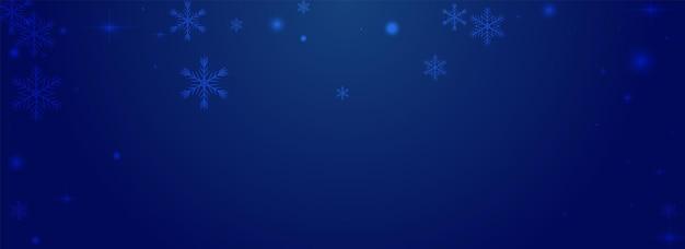 Fond bleu pnoramic de vecteur de chute de neige brillant. motif de confettis magiques argentés. toile de fond de flocon de neige de noël. fond d'écran de points lumineux.