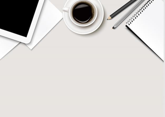 Fond de bureau avec café, tablette, papier et quelques stylos.