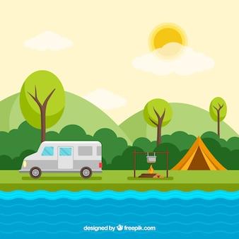 Fond de camp d'été avec fourgon et feu de camp