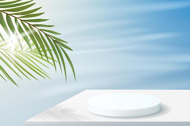 Fond d'été dans un style minimaliste avec un podium en couleurs blanches. piédestal vide pour l'affichage du produit avec des feuilles de palmier et du ciel.