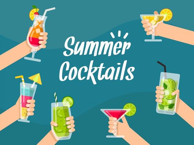 Fond d'été avec divers jus et cocktails sains dans les mains