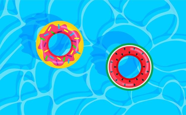 Fond d'été de piscine avec des bouées de sauvetage colorées