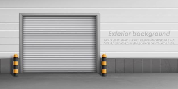 Fond extérieur avec porte de garage fermée, espace de rangement pour parking.