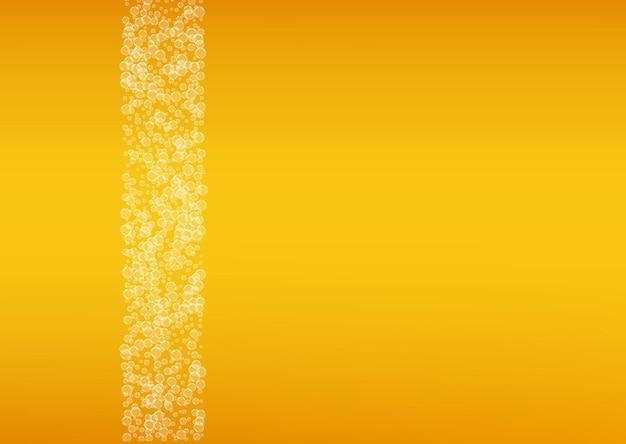 Fond de fête de la bière avec des bulles réalistes. boisson fraîche pour la conception de menus de restaurant, des bannières et des dépliants. fond de fête de la bière horizontale jaune en mousse. pinte froide de bière blonde ou de bière blonde.