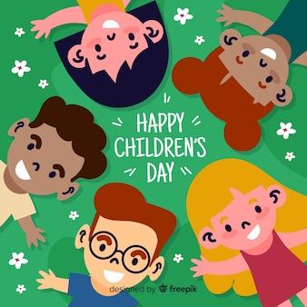 Fond de jour des enfants heureux dessinés à la main