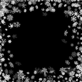 Fond de neige avec des flocons de neige floues dans le noir