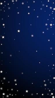 Fond de noël d'étoiles filantes aléatoires. flocons de neige volants subtils et étoiles sur fond bleu foncé. modèle de superposition de flocon de neige argenté d'hiver réel. illustration verticale audacieuse.