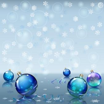 Fond de noël avec des flocons de neige, plusieurs boules de noël et serpentines sur une surface miroir