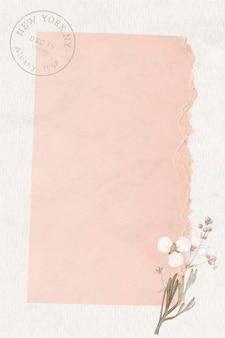 Fond de papier rose déchiré froissé