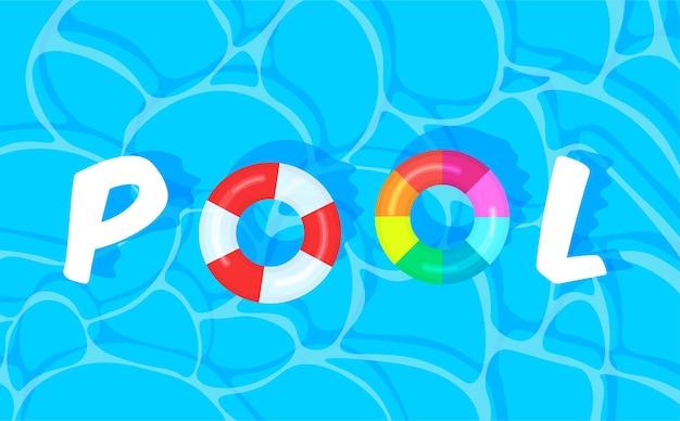 Fond de piscine avec des bouées colorées d'été