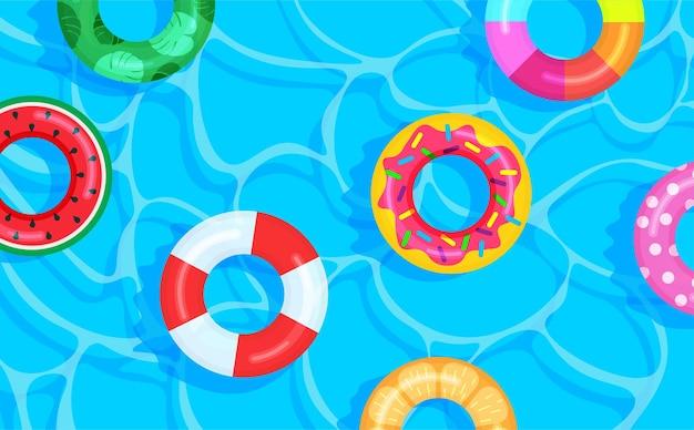 Fond de piscine avec des bouées de sauvetage de couleur différente