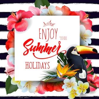 Fond de vacances d'été avec des fleurs tropicales et un lettrage toucan profitez des vacances d'été