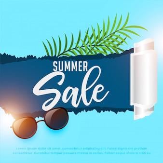 Fond de vente d'été avec des lunettes de soleil et des feuilles