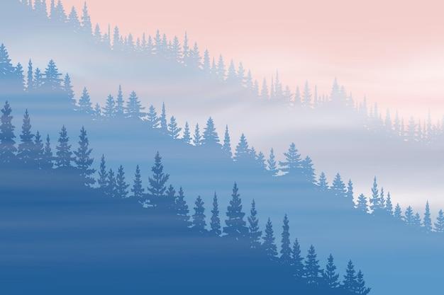 Forêt de conifères dans le brouillard à l'aube