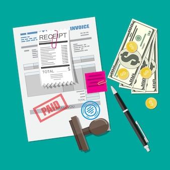 Formulaire de facture papier. facture de réception épinglée. stylo