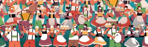 Foule de gens dans des masques médicaux, boire de la bière oktoberfest