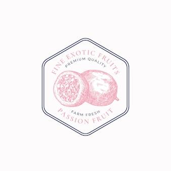 Les fournisseurs de fruits de la passion encadrent un insigne ou un modèle de logo croquis de fruits dessinés à la main avec une typographie rétro ...