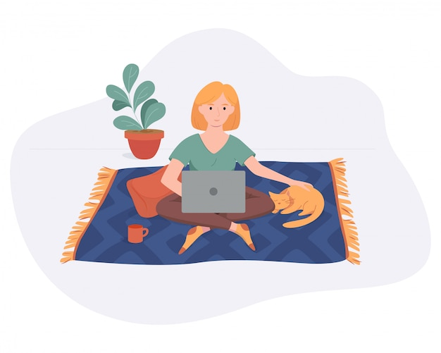 Freelance femme travaille à domicile espace confortable sur tapis avec ordinateur et chat style plat isolé sur blanc. fille indépendante pigiste concept travaillant en ligne.