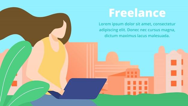Freelance online job, girl artist, web designer, travailler avec un ordinateur portable à la maison