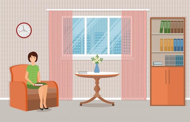 Freelancer femme avec ordinateur portable sur le canapé à la maison.