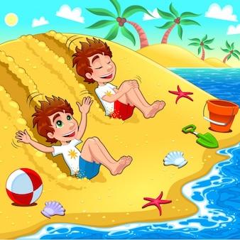 Frères jouant sur la plage