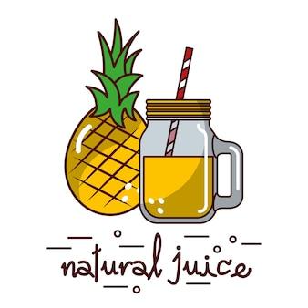 Fruit d'ananas et verre de jus naturel et paille