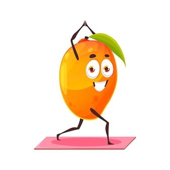 Fruit de mangue exotique avec feuille verte faisant des exercices de sport sur fitness, yoga, pilates isolé personnage de dessin animé plat. nourriture tropicale vectorielle, fruits à noyau s'étendant sur un tapis ou un tapis, mangue sportive saine