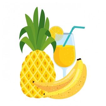 Fruits frais d'été avec cocktail et bananes