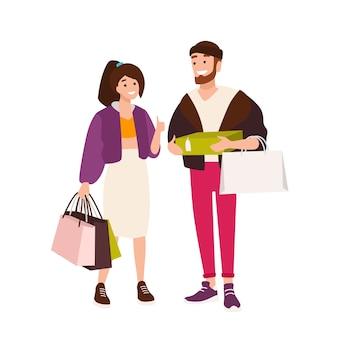 Funny couple transportant des sacs et des boîtes. mignon petit ami et petite amie tenant leurs achats. paire d'accros du shopping. personnages de dessins animés isolés