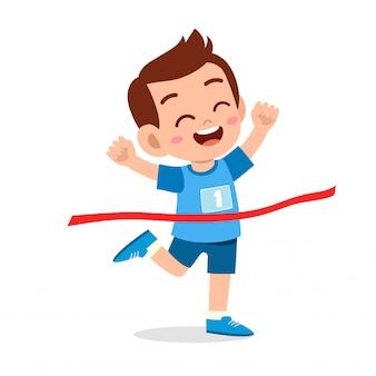 Un gamin heureux va finir la ligne d'arrivée et remporter sa première illustration