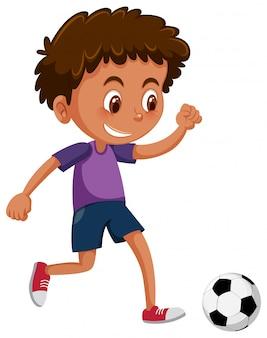 Un garçon africain jouant au football