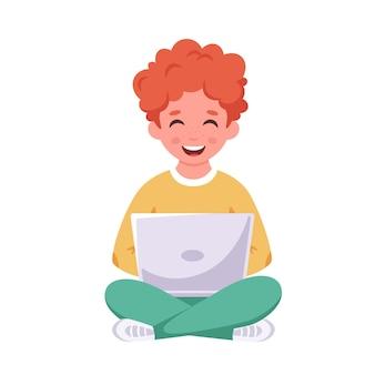 Garçon assis avec un ordinateur portable apprentissage en ligne du concept de retour à l'école