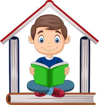 Garçon de bande dessinée lisant un livre avec une pile de livres formant une maison