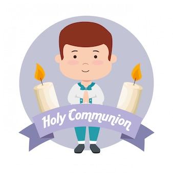 Garçon avec des bougies et un ruban à la première communion