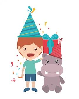Garçon avec chapeau de fête en fête d'anniversaire