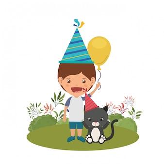 Garçon avec un chat en fête d'anniversaire