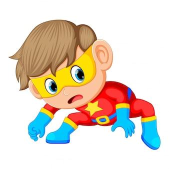 Garçon en costume de super héros rouge et masque