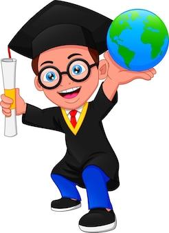 Garçon de dessin animé en costume de graduation et tenant un globe
