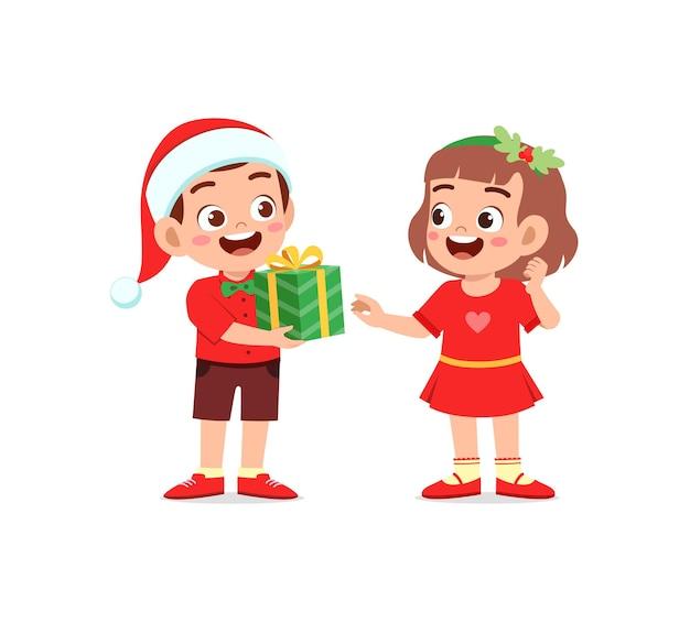 Un garçon donne un cadeau à une fille pour noël
