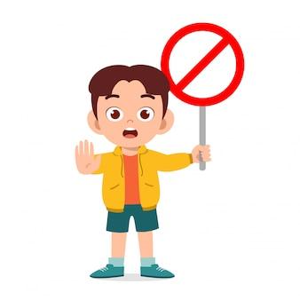 Garçon enfant mignon heureux avec panneau de signalisation