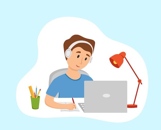 Garçon étudiant l'éducation en ligne à l'illustration vectorielle de dessin animé à la maison. étudiant à l'ordinateur de bureau sur le lieu de travail faisant ses devoirs, surfant sur internet, e-learning, concept de cours scolaire. processus d'apprentissage d'enfant d'élève