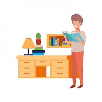 Garçon étudiant avec livre de lecture dans les mains