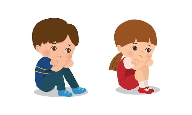 Garçon et fille assis sur le sol et se sentent bouleversés