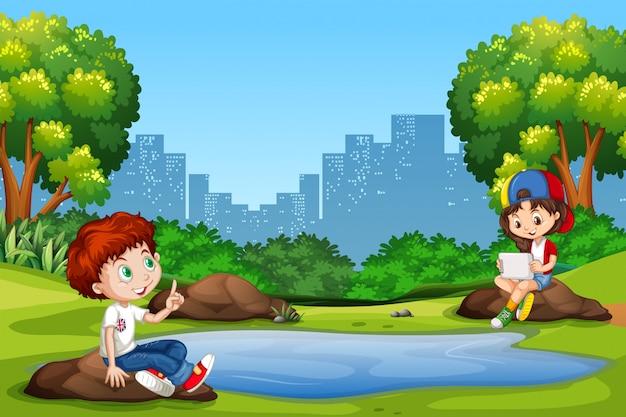 Garçon et fille au parc