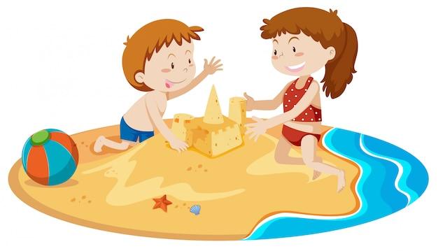 Garçon et fille bâtiment sand castle