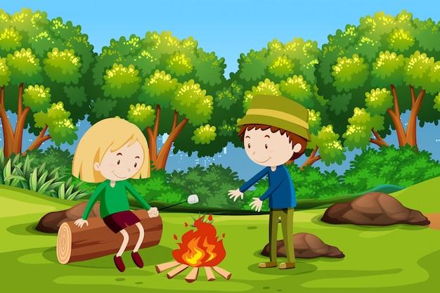 Garçon et fille campant en forêt