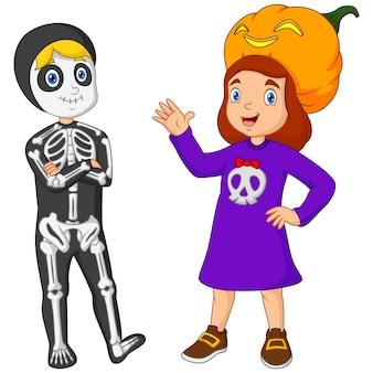 Garçon et fille de dessin animé en costume helloween