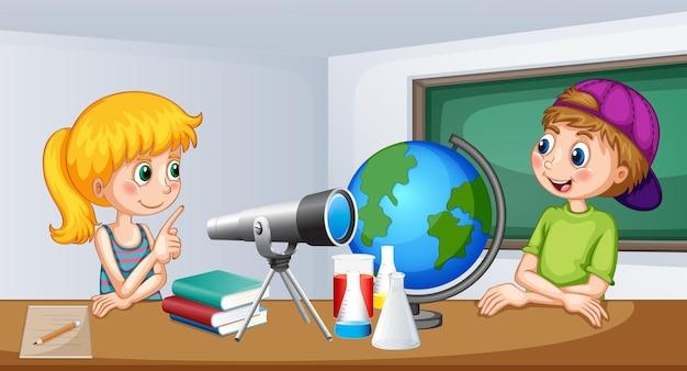Garçon et fille étudient en classe