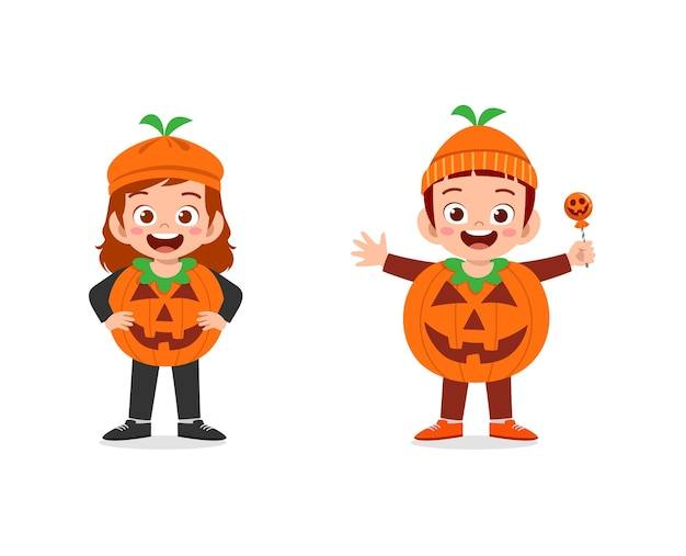 Garçon et fille fêtent halloween portent un costume de citrouille